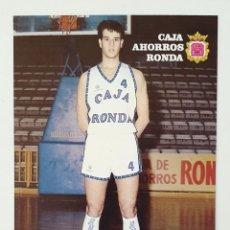 Coleccionismo deportivo: TARJETA POSTAL DE EQUIPO BALONCESTO CAJA AHORROS RONDA. AÑO 1988. FICHA DEL JUGADOR JUANMA. Lote 222343066
