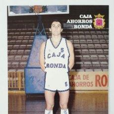 Coleccionismo deportivo: TARJETA POSTAL DE EQUIPO BALONCESTO CAJA AHORROS RONDA. AÑO 1988. FICHA DEL JUGADOR MARQUEZ.. Lote 222343155