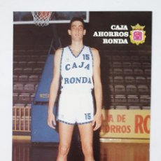 Coleccionismo deportivo: TARJETA POSTAL DE EQUIPO BALONCESTO CAJA AHORROS RONDA. AÑO 1988. FICHA DEL JUGADOR VECINA.. Lote 222343220
