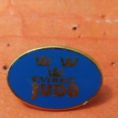 Coleccionismo deportivo: PINS DE JUDO FEDERACIÓN SUECA DE JUDO. Lote 237371375