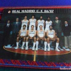 Coleccionismo deportivo: POSTAL REAL MADRID DE BALONCESTO 86 87 CON AUTÓGRAFOS Y LA PLANTILLA DETRÁS. 21X15 CMS. RARA.. Lote 253972340