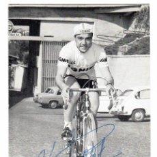 Coleccionismo deportivo: EL CICLISTA MIQUEL POBLET EN UNA POSTAL DEL EQUIPO IGNIS (DÉCADA DE 1960). CON FIRMA AUTÓGRAFA,. Lote 262234880