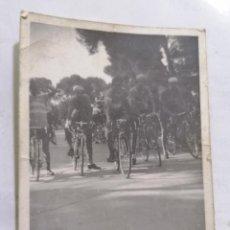 Coleccionismo deportivo: FOTOGRAFIA GRUPO DE CICLISTAS , MEDIDAS 7 X 10 CM, AÑOS 70. Lote 262348650