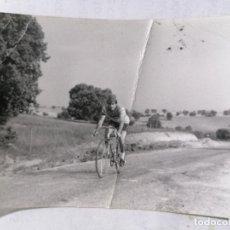 Coleccionismo deportivo: FOTOGRAFIA CICLISTA , MEDIDAS 7,5 X 10,5 CM, AÑOS 70. Lote 262350070