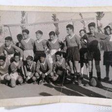 Coleccionismo deportivo: FOTOGRAFIA EQUIPO DE FUTBOL INFANTIL, AÑO 1958 , MEDIDAS 10,5 X 7,5 CM. Lote 262350790