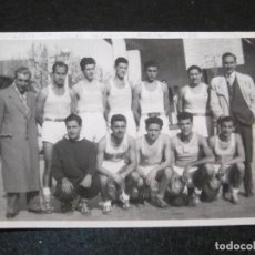 Coleccionismo deportivo: BALONCESTO-CLUB DEPORTIVO LAYETANO-BARCELONA-EQUIPO AÑO 1950-FOTOGRAFICA-POSTAL ANTIGUA-(81.024). Lote 265915883