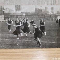 Coleccionismo deportivo: ANTIGUA FOTOGRAFÍA TIPO POSTAL DE UN EQUIPO DE HOCKEY EN LEJONA VIZCAYA AÑO 1935. Lote 269302493