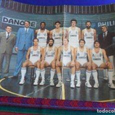 Coleccionismo deportivo: CARTEL POSTAL GIGANTE PLANTILLA REAL MADRID DE BALONCESTO 1983 84. GRÁFICAS MORA. 42X30 CMS.. Lote 278268568