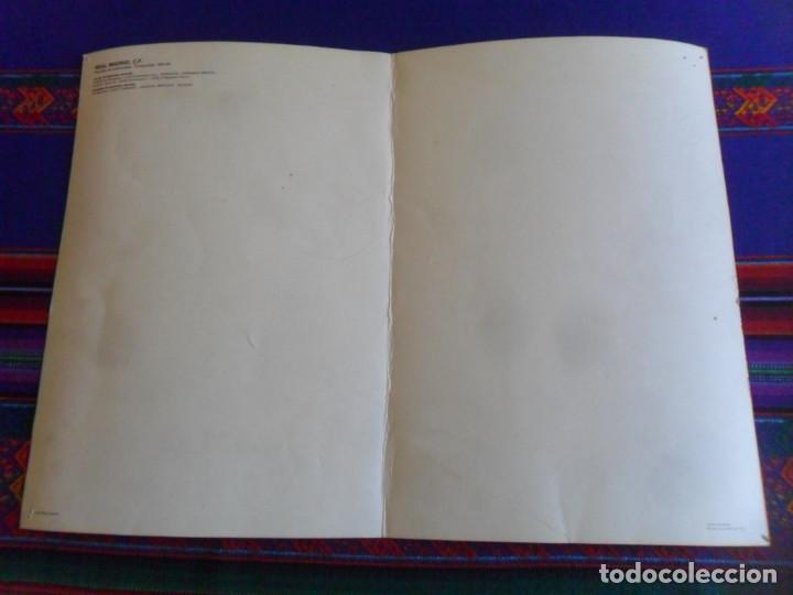 Coleccionismo deportivo: CARTEL POSTAL GIGANTE PLANTILLA REAL MADRID DE BALONCESTO 1983 84. GRÁFICAS MORA. 42X30 CMS. - Foto 2 - 278268568