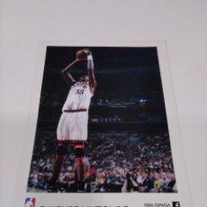 Coleccionismo deportivo: POSTAL NBA DIKEMBE MUTOMBO - PHILADELPHIA.. Lote 278604658