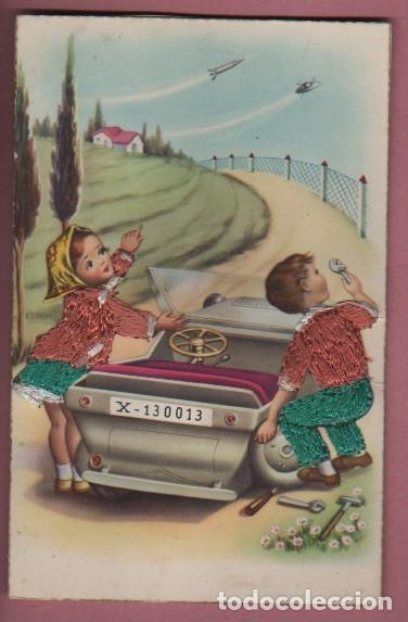 RARA POSTAL DE DOS JOVENES REPARANDO SU BISCUTER - LOS VESTIDOS CONFECIONADOS CON HILO REPUJADO C.P. (Postales - Dibujos y Caricaturas)