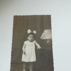 Postales: TARJETA POSTAL. INFANTIL. FOTO DE ESTUDIO DE NIÑA. BLANCO Y NEGRO. LKTD. Lote 296927678