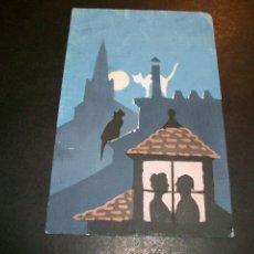 Postales: POSTAL PINTADA A MANO GATOS EN TEJADO Y PAREJA EN BUHARDILLA HACIA 1920. Lote 147007114