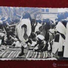 Postales: POSTAL SAHARA ESPAÑOL FOTOGRAFICA BAILE INDIGENA DE LAS ESPADAS AÑOS 60. Lote 45026600