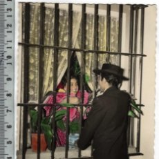 Postales: 5606 SPAIN ESPAÑA ESPAGNE SEVILLA, PELANDO LA PAVA, COLOREADA BAVARDAGE AMOREAUX, TALK OF LOVE, 1956. Lote 127524799