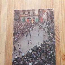 Postales: PAMPLONA ENCIERRO CALLE MERCADERES Nº 3 CIRCULADA AÑOS 60 TOROS. Lote 199386211