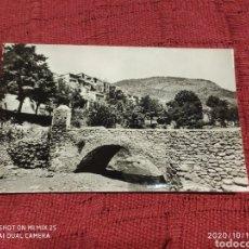 Postales: POSTAL MONTAN, PUENTE SOBRE EL RIO Y ENTRADA AL PUEBLO (ANTIGUO). Lote 221308972