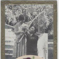 Postales: TARJETA POSTAL ROMÁNTICA BORDADA EN HILO DE SEDA SOBRE SEDA Y FOTOGRAFÍA DE UNA PAREJA DE ENAMORADOS. Lote 26740870