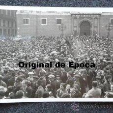 Postales: (JX-209)POSTAL FOTOGRAFICA DE LA MULTITUD RECIBIENDO A MANUEL AZAÑA EN LA PZA.SAN JAIME(FOTO BAGUÑA). Lote 32285062