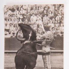 Postales: POSTAL DE TAUROMAQUIA Nº 10, MANOLETE EN UN AYUDADO POR ALTO, FOTOGRAFIA EN BLANCO Y NEGRO. Lote 34552404