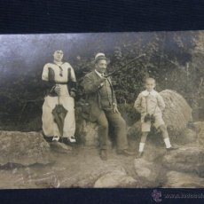 Postales: POSTAL DE FOTOGRAFÍA CON PERSONAJES HOMBRE MUJER Y NIÑO CON PRISMÁTICO PPIOS S XX SIN CIRCULAR. Lote 39952466