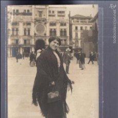 Postales: TARJETA POSTAL FOTOGRAFICA. FOTO DE UNA MUJER EN UNA PLAZA. FOTO VIZENSA. Lote 57616017