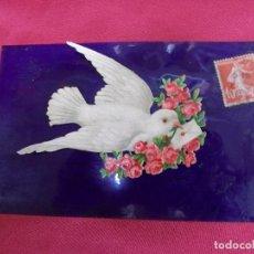 Postales: ANTIGUA POSTAL. PALOMA MENSAJERA CON RELIEVE. TRASPORTA CARTA Y FLORES.. Lote 83679968