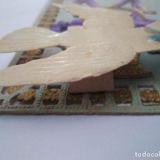 Postales: PRECIOSA POSTAL CON RELIEVE. INCLUYE UNA PALOMA MENSAJERA MÓVIL. CIRCULADA.. Lote 101203427