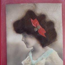 Postales: FELICIDADES. 8.12.1910. POSTAL FRANCESA CON LOS ADORNOS SUPERPUESTOS: PELO, LAZO Y BROCHE. Lote 127556287