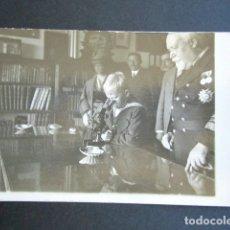 Postales: POSTAL FOTOGRÁFICA FAMILIA REAL ESPAÑOLA. PRÍNCIPE DE ASTURIAS MICROSCOPIO. MONARQUÍA ALFONSO XIII. . Lote 178558477