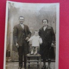 Postales: POSTAL FAMILIA UNIDA. FOTO DE ESTUDIO. PP. S. XX.. Lote 179334336