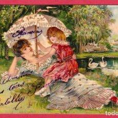 Postales: A482 BONITA POSTAL GOFRADA DE UNA MADRE Y SU NINA AL LADO DE UN LAGO CON CISNES. Lote 190803738