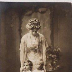 Postales: P-9825. LA REINA VICTORIA EUGENIA CON SUS HIJOS ALFONSO Y JAIME DE BORBON. AÑO 1910-11.FRANZEN.. Lote 191658365