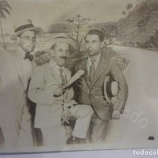 Postales: CABALLEROS DE VIAJE A CUBA. POSTAL FOTOGRÁFICA DE RECUERDO CON DECORADO. APROX. 1912. Lote 222132441