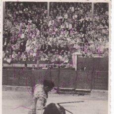 Postales: MATADOR DE TOROS, TORERO ANTONIO TORRECILLAS, BARCELONA. FOTO DE LA PLAZA DE GRANADA CON AUTOGRAFO. Lote 234727165