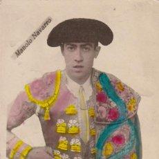 Postales: MATADOR DE TOROS, TORERO MONOLO NAVARRO, NACIDO EN ALBACETE EN 1924. POSTAL EN BYN COLOREADA. Lote 234727725