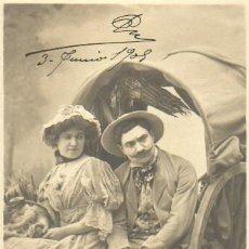 Postales: POSTAL ESPOCA MODERNISTA SRES. CON UN CARRO 1908. Lote 36880805