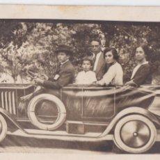 Postales: P-1275. FOTOGRAFIA FAMILIAR EN DECORADO AUTOMOVIL. AÑOS 30. MADRID.. Lote 49322537