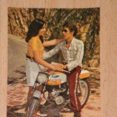 Cartoline: PRECIOSA POSTAL DE LOS AÑOS 70 CON DETALLES ENGALARDONADOS EN PURPURINA , MODELOS COLECCIONABLES. Lote 54440938