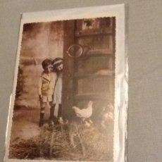 Postales: TARJETA POSTAL DOBLE NIÑO Y NIÑA EN GRANJA AMBIENTE ANTIGUO M 024 PRECINTADA CON SOBRE. Lote 104900783