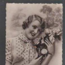 Postales: POSTAL ROMANTICA CHICA CON SU RAMO DE FLORES - 1934 - DE NOYER 3483 DENTADA. Lote 142651210