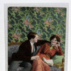 Postales: POSTAL MODERNISTA - PAREJA EN EL SOFA - ESCRITA - (1910-20).. Lote 171097754