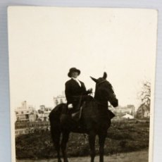 Postales: ANTIGUA FOTO POSTAL. MUJER A CABALLO Y PUEBLO. SIN CIRCULAR. Lote 172747154