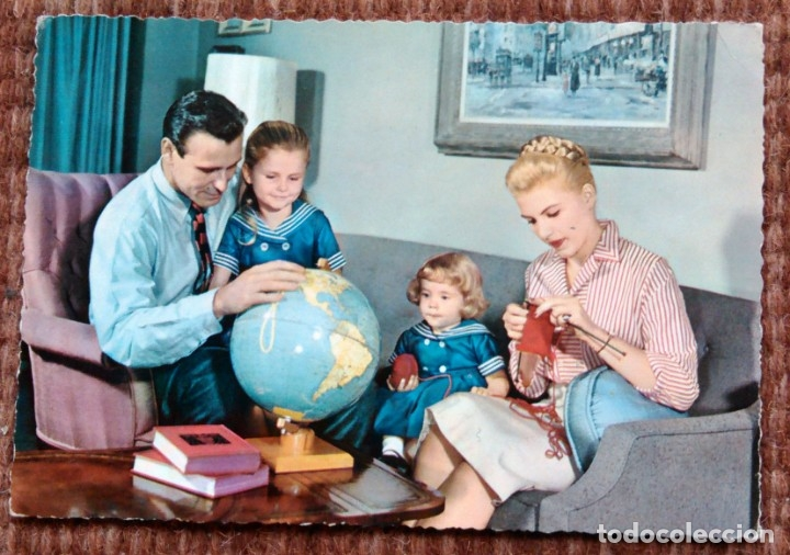 FAMILIA FRENTE GLOBO TERRAQUEO (Postales - Postales Temáticas - Estilo)