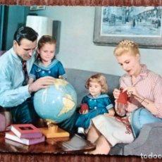 Postales: FAMILIA FRENTE GLOBO TERRAQUEO. Lote 172750205