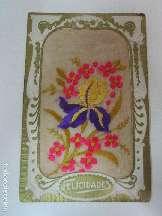POSTAL TROQUELADA, EN TELA BORDADA - HILOS DE COLORES - FELICIDADES (Postales - Postales Temáticas - Estilo)