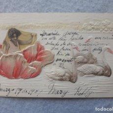 Postales: POSTAL EN RELIEVE NIÑA CON FLORES Y CISNES. ESCRITA EL 19 DE MARZO DE 1907.. Lote 197415252