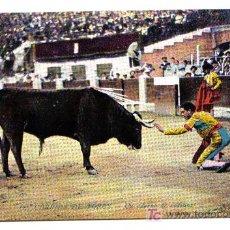 Postales: CORRIDA DE TOROS.- UN ADORNO DE RODILLAS. Lote 3109077