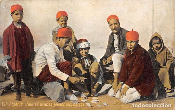 ALGERIE.- JEUNES ARABES JOUANT AUX CARTES (Postales - Postales Temáticas - Étnicas)