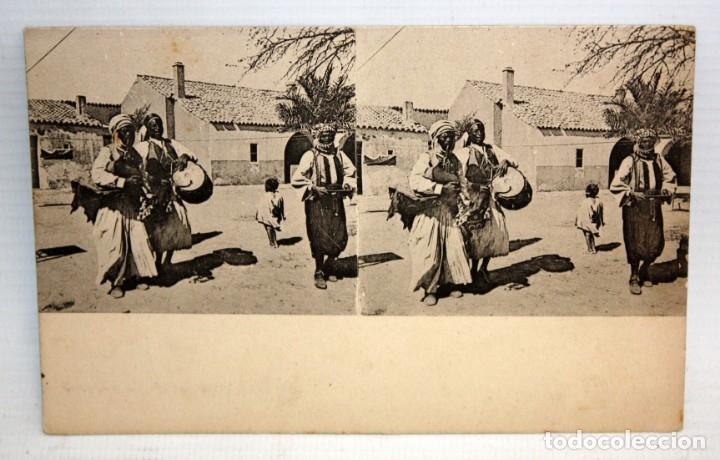 ANTIGUA POSTAL ESTEREOSCOPICA - MUSICOS DE UNA TRIBU AFRICANA. SIN CIRCULAR (Postales - Postales Temáticas - Étnicas)
